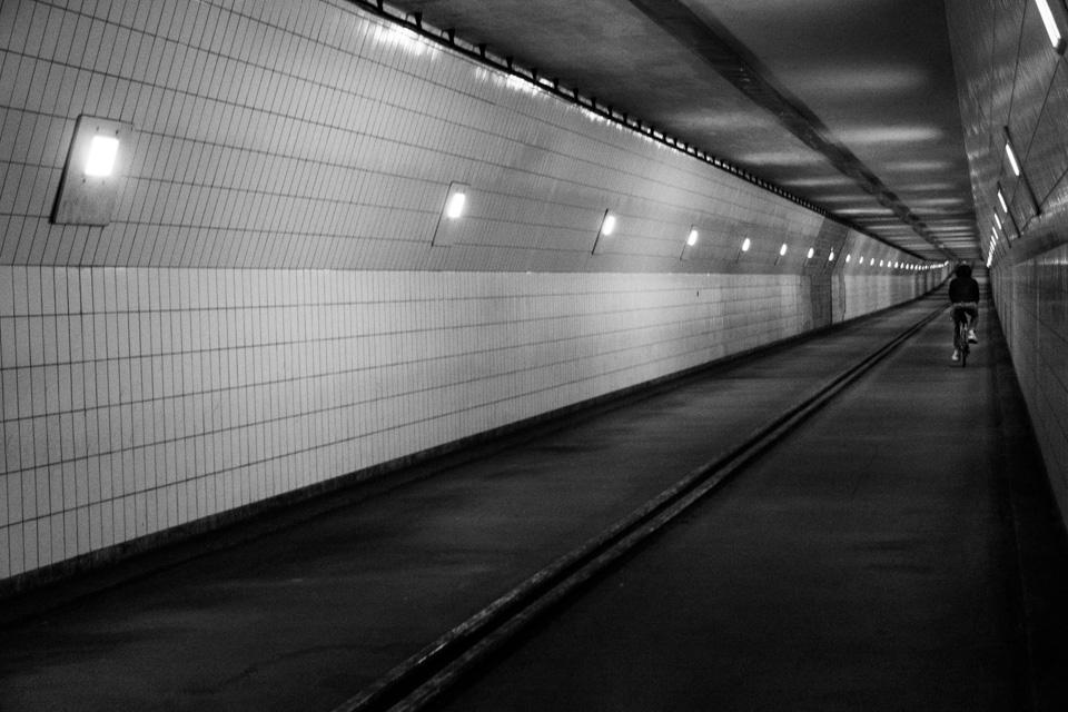 ©ZW010-2328 - Fietstunnel maastunnel zwart wit foto Rotterdam