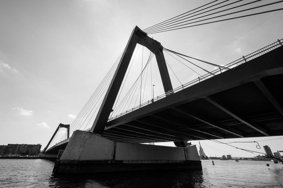 ©ZW010-2641 - Willemsbrug Rotterdam zwart wit foto
