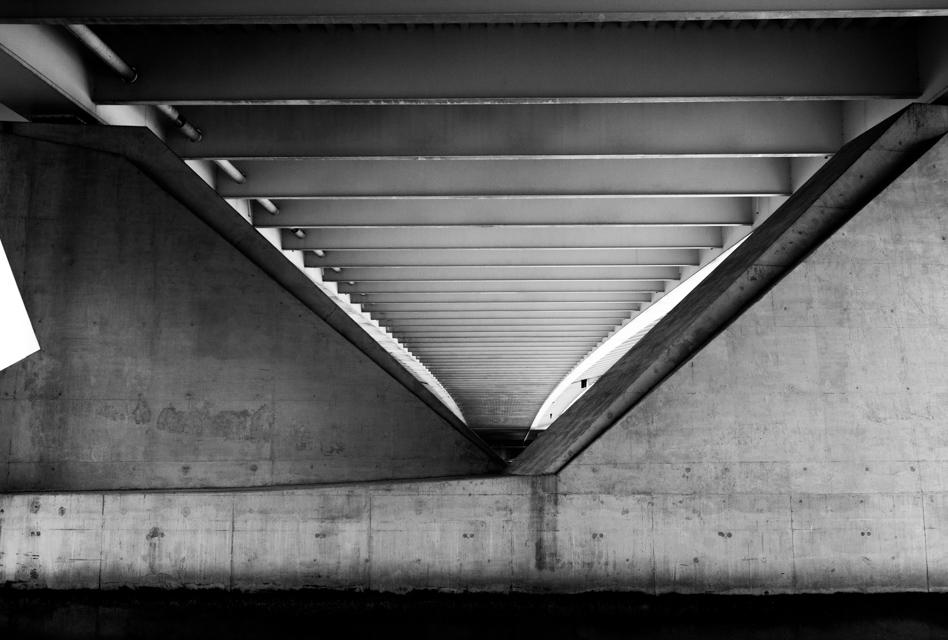 ©ZW010-2711 - Fundament Erasmusbrug zwart wit foto Rotterdam