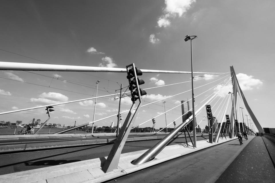 ©ZW010--7 Erasmusbrug Rotterdam zwart wit foto