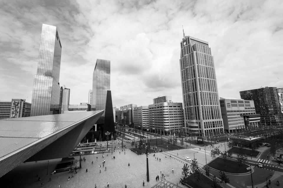 ©zw010-1179-Stationsplein centraal station Rotterdam zwart wit foto