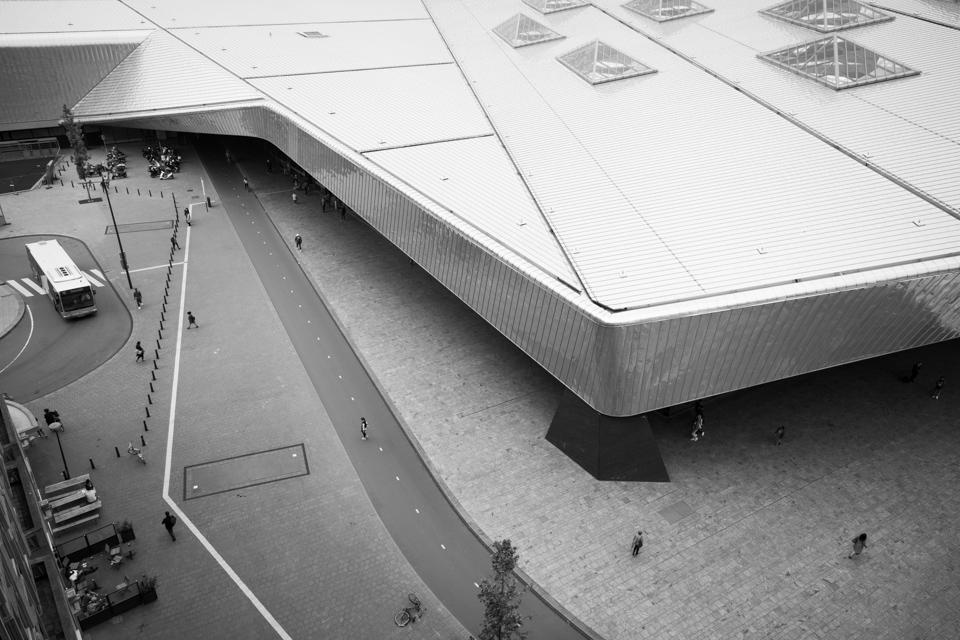 ©zw010-2 - Het dak op - Centraal Station Rotterdam zwart wit foto
