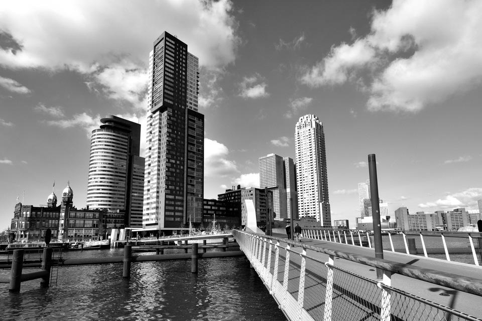 @ZW010 -5037 Hoerenlopertje Rijnhavenbrug kop van zuid Rotterdam zwart wit foto
