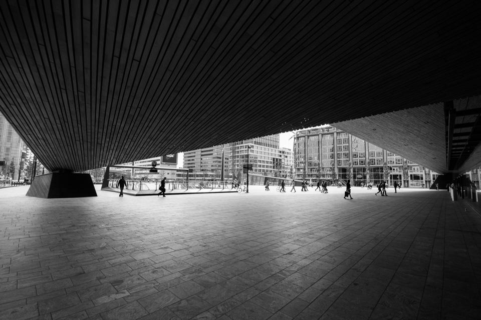 @ZW010 -8585 - Stationsplein rotterdam zwart wit foto